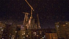 Sagrada Familia和房子夜视图在巴塞罗那,西班牙 免版税库存图片