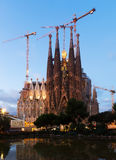 Sagrada Familia在微明下 图库摄影