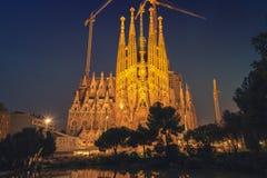 Sagrada Familia在巴塞罗那在晚上 库存照片