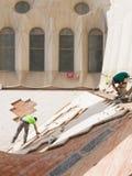 Sagrada Familia的屋顶的两名工作者 库存图片