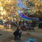 SAGRADA FAMILIA,巴塞罗那, 2015年12月-街道艺术家做的肥皂泡 库存图片