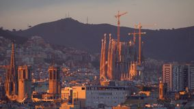 Sagrada familia και άποψη πανοράματος της πόλης της Βαρκελώνης στο σούρουπο, Ισπανία σε 4k απόθεμα βίντεο