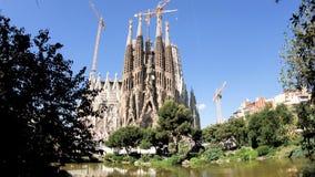 Sagrada Familia στην Ισπανία στην ημέρα με την άποψη τουριστών από την πλατφόρμα φιλμ μικρού μήκους