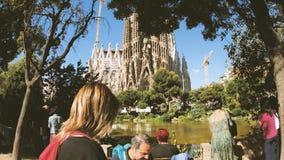 Sagrada Familia в людях Испании восхищаясь от Места de Gaudi видеоматериал