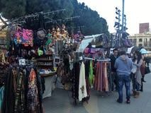 SAGRADA FAMILIA, BARCELONA, em dezembro de 2015 lembranças da venda dos vendedores de rua uma parte dianteira do familia de Sagra Imagem de Stock Royalty Free