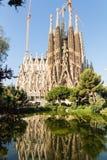Sagrada Familia со своим отражением в воде озера парка Plaça de Gaudi, Барселона, Испания стоковые изображения