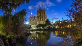 Sagrada Familia, een grote kerk de dag in van Barcelona, Spanje aan nacht timelapse stock videobeelden