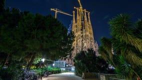 Sagrada Familia, een grote kerk de nacht in van Barcelona, Spanje timelapse hyperlapse stock videobeelden
