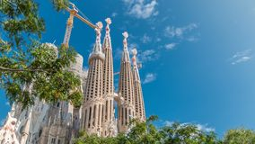 Sagrada Familia, een grote Rooms-katholieke kerk in Barcelona, Spanje timelapse stock video
