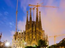 Sagrada Familia i skymning barcelona catalonia Arkivfoton
