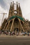 Sagrada Familia och turister royaltyfri foto