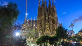 Sagrada Familia, una iglesia grande en día de Barcelona, España al timelapse de la noche metrajes