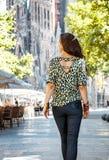 看见从后面妇女在Sagrada有的Familia附近徒步游览 免版税图库摄影