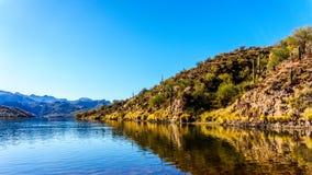 Saguaro See und die umgebenden Berge in Arizona Lizenzfreie Stockfotos