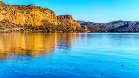 Saguaro See und die umgebenden Berge in Arizona Stockfoto