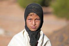 SAHARA ÖKEN, MAROCKO 19 OKTOBER 2013: Ung nomadkvinna i Royaltyfri Foto