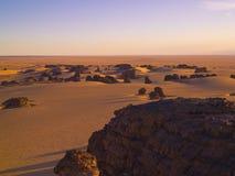 Sahara e rochas argelinos imagens de stock