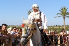SAHARA, TUNESIEN - JUNI 2008: Arabische Nomaden zu Pferd im nationalen Kostüm lizenzfreie stockbilder