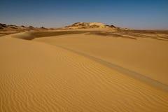 Sahara-Wüstenlandschaft mit blauem Himmel und Dünen Lizenzfreie Stockbilder