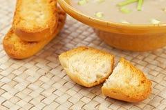 Sahne der Pilzsuppe- und Brotcroutons Stockfotografie