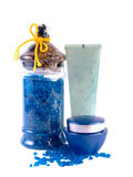 Sahne, Lotion und blaues Badesalz Lizenzfreies Stockfoto