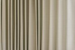 Sahne- und braunes Vorhangmuster Stockfoto