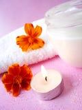 Sahne und Kerze mit Blumen Lizenzfreies Stockbild