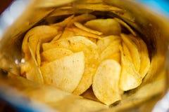 Sahne und Zwiebel würzten Kartoffelchips in der Tasche stockfoto