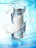 Sahneflaschenspott oben im Wasserspritzen auf blauem Hintergrund Lizenzfreies Stockfoto