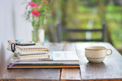 Sahnekaffeetasse mit Stapel Stockfotos