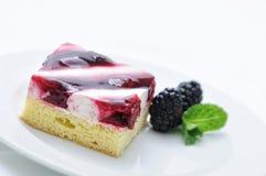 Sahnekuchen auf weißer Platte, Kuchen mit Brombeere, tadellose Dekoration, Konditorei, Süßspeise, Kuchen mit Frucht, on-line-Shop Stockfotos