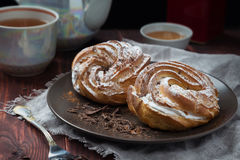 Sahnekuchen mit einer Tasse Tee Stockfotografie
