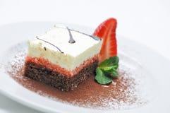 Sahnekuchen mit Frucht, Erdbeere auf weißer Platte, Süßspeise, Konditorei, Shop Stockbilder