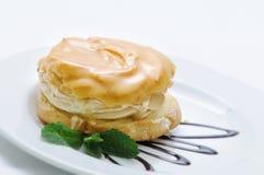 Sahnekuchen mit Karamell und Belag auf weißer Platte, Süßspeise, Konditorei, Shop Stockbild