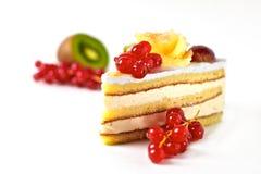 Sahnekuchen mit roter Johannisbeere stockfoto
