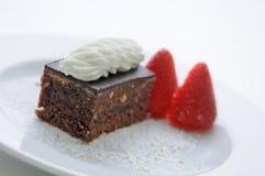 Sahnekuchen mit Schlagsahne und Erdbeeren auf weißer Platte, Produktfotografie für Konditorei oder Shop Stockfotos