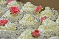 Sahnekuchen verziert mit Rose lizenzfreie stockfotos