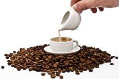 Sahnen Sie gegossen werden in Kaffee stockbilder