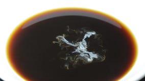 Sahnerückgänge fallen in die voll--HD Tasse Kaffee-Nahaufnahmezeitlupe stock footage