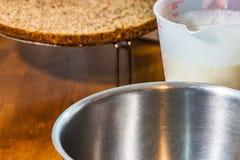 Sahneschüssel und Schicht des Kuchens stockfoto