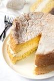 Sahneschwamm-Kuchen mit der Scheibe herausgeschnitten für das Dienen Stockfotos