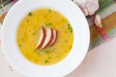 Sahnesuppe der roten Linse mit geräuchertem Fleisch, Ente, Huhn Lizenzfreie Stockfotografie