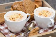 Sahnesuppe des Blumenkohls mit Käse und Pfeffer auf einem Behälter Lizenzfreie Stockfotos
