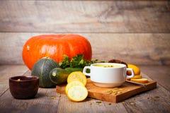 Sahnesuppe des Kürbises diente mit gebratenen Samen und Croutons auf einem hölzernen Hintergrund Chef gießt Olivenöl über frische stockfoto