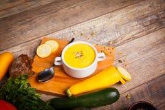 Sahnesuppe des Kürbises diente mit gebratenen Samen und Croutons auf einem hölzernen Hintergrund Chef gießt Olivenöl über frische stockfotos