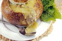 Sahnesuppe in einer Sauerteig-Brot-Schüssel lizenzfreie stockfotos