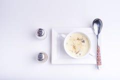 Sahnesuppe in einer Schüssel auf weißem Hintergrund Stockbilder