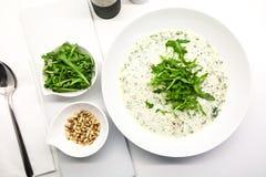 Sahnesuppe mit Arugula- und Kiefernnüssen in einer weißen Schüssel stockfoto