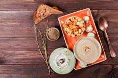 Sahnesuppe mit Bohnen, Gemüse, Kräutern und Crackern auf Platte auf dunklem hölzernem Hintergrund Selbst gemachte Nahrung Beschne lizenzfreie stockfotos