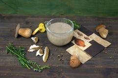 Sahnesuppe mit Pilzen Lizenzfreie Stockfotos
